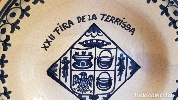 Antigüedades: PLATO DE CERÁMICA / XXII FIRA DE LA TERRISSA - 2001 / BADALONA / 26 CM Ø / PERFECTO / FIRMADO DAVID. - Foto 2 - 183384866
