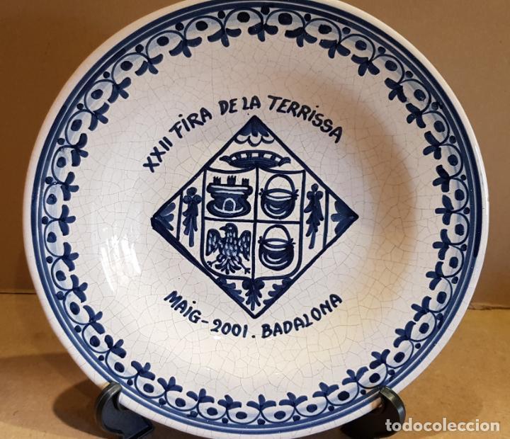 PLATO DE CERÁMICA / XXII FIRA DE LA TERRISSA - 2001 / BADALONA / 26 CM Ø / PERFECTO / FIRMADO DAVID. (Antigüedades - Hogar y Decoración - Platos Antiguos)