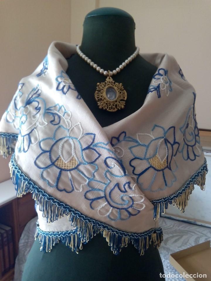 MANTELETA BORDADA AZUL (Antigüedades - Moda y Complementos - Mujer)