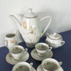 Antigüedades: JUEGO DE CAFÉ SANTA CLARA VIGO DE PORCELANA CON DECORACIÓN FLORALES Y DORADO - SELLOS EN BASE. Lote 183397573