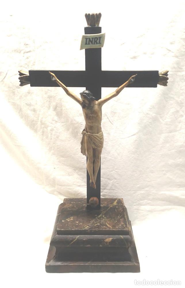 CRUCIFIJO CON CRISTO S XVIII, TALLA MADERA POLICROMADA. MED. 27 X 45 CM ALTURA (Antigüedades - Religiosas - Crucifijos Antiguos)