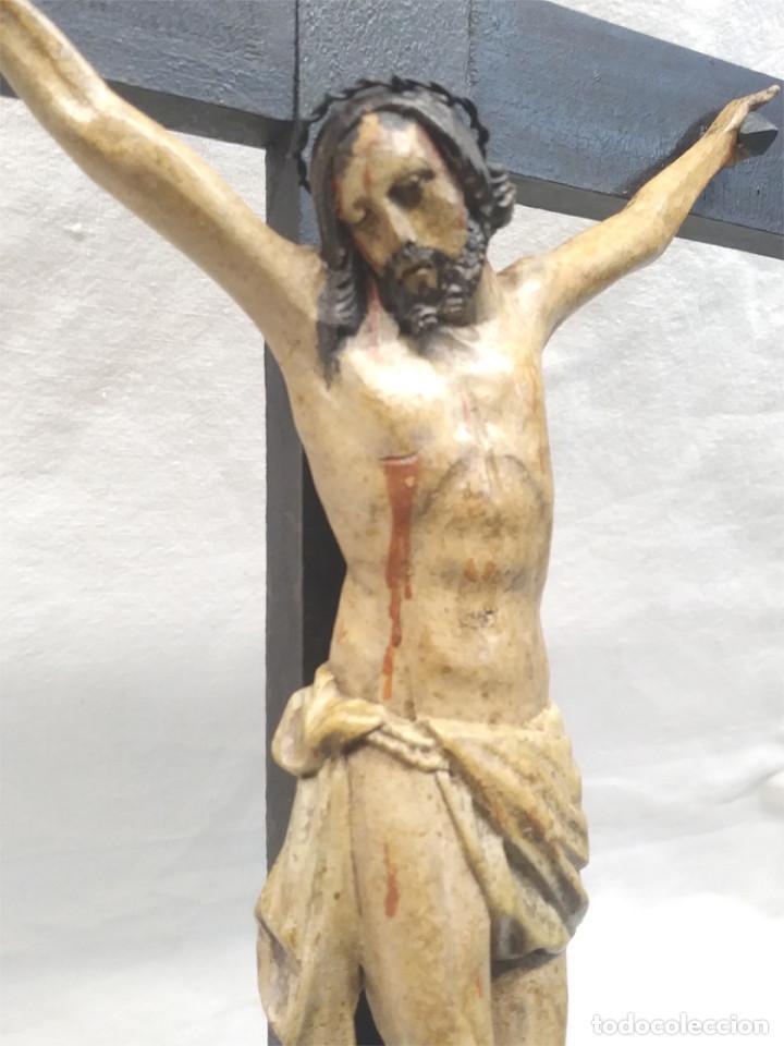 Antigüedades: Crucifijo con Cristo S XVIII, talla madera policromada. Med. 27 x 45 cm altura - Foto 3 - 183399976
