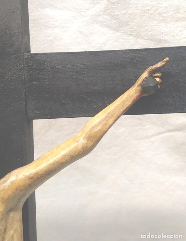 Antigüedades: Crucifijo con Cristo S XVIII, talla madera policromada. Med. 27 x 45 cm altura - Foto 4 - 183399976