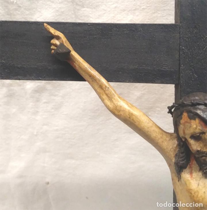Antigüedades: Crucifijo con Cristo S XVIII, talla madera policromada. Med. 27 x 45 cm altura - Foto 5 - 183399976