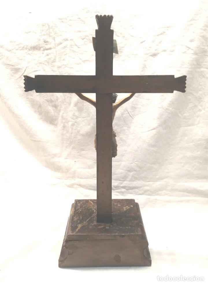 Antigüedades: Crucifijo con Cristo S XVIII, talla madera policromada. Med. 27 x 45 cm altura - Foto 9 - 183399976