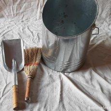 Antigüedades: RECOGECENIZAS PARA CHIMENEA,,,CUBO CON ESCOBA Y PALA METALICOS..... Lote 183437182
