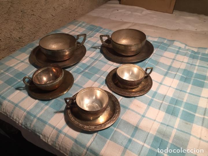 Antigüedades: Antiguas 5 taza / tazas de metal bañado en plata repujado con platos a juego años 40-50 - Foto 2 - 183438365