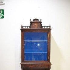 Antigüedades: ANTIGUA VITRINA SIGLO XIX MADERA Y MARQUETERÍA FLORAL. Lote 183458512
