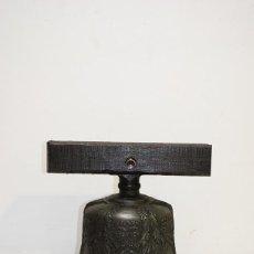 Antigüedades: ANTIGUA Y GRAN CAMPANA DE HIERRO FUNDIDO LABRADO Y YUGO DE MADERA. Lote 183459320