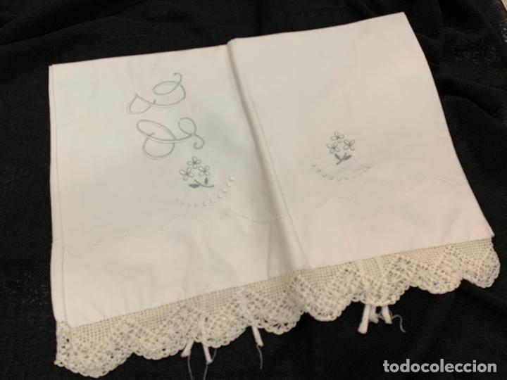 Antigüedades: Encantadora funda de almohada de fino algodon con bordados y puntilla. 1,10mts ancho. - Foto 2 - 183461325