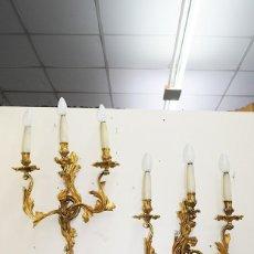 Antigüedades: PAREJA DE APLIQUES CANDELABROS ANTIGUOS DE PARED ESTILO LUIS XV BRONCE DORADO. Lote 183462471