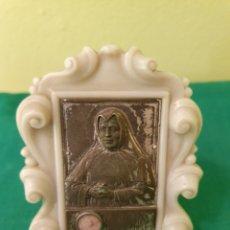 Antigüedades: SANTA TERESA DE JESÚS ENMARCADA CONTIENE RELIQUIA. Lote 183481526