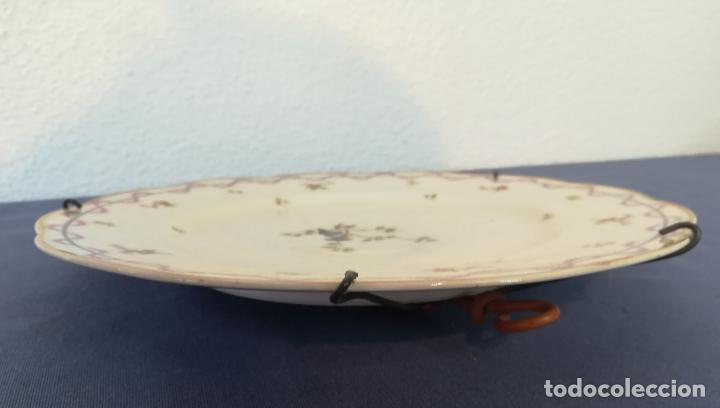 Antigüedades: Antiguo plato de porcelana de Theodore Haviland pintado a mano, decoración pájaro, años 1930 ø 25 cm - Foto 4 - 183507662