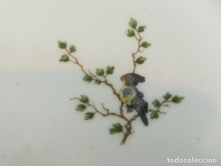 Antigüedades: Antiguo plato de porcelana de Theodore Haviland pintado a mano, decoración pájaro, años 1930 ø 25 cm - Foto 9 - 183507662