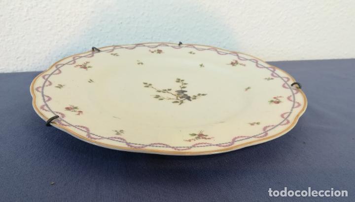 Antigüedades: Antiguo plato de porcelana de Theodore Haviland pintado a mano, decoración pájaro, años 1930 ø 25 cm - Foto 3 - 183507662