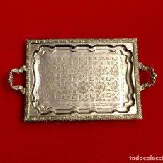 Antigüedades: BANDEJA ÁRABE CINCELADA CON ASAS - 50 X 29 CM. Lote 183532197