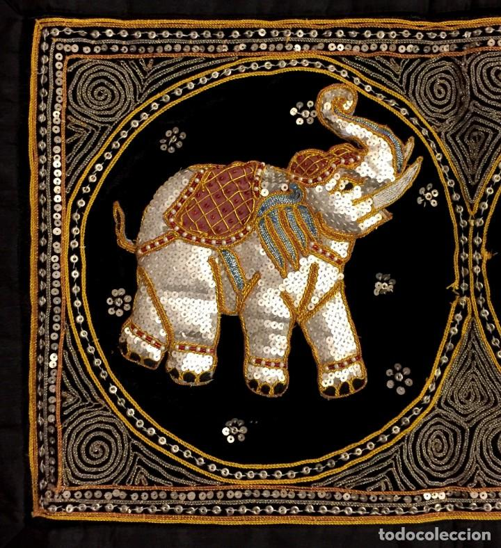 Antigüedades: TAPIZ THAILANDES CON ELEFANTES BORDADOS A MANO - 68 X 50 CM - Foto 3 - 183532930