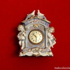 Antigüedades: RELOJ DE SOBREMESA PORCELANA CON PAREJA ÁNGELES Y ORO.. Lote 183535463