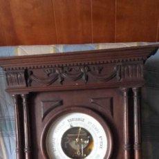 Antigüedades: GRAN BARÓMETRO EN MUEBLE DE MADERA. Lote 183577310