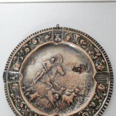 Antigüedades: ANTIGUO PLATO EN COBRE REPUJADO A MANO CON BAÑO DE PLATA. Lote 183582997