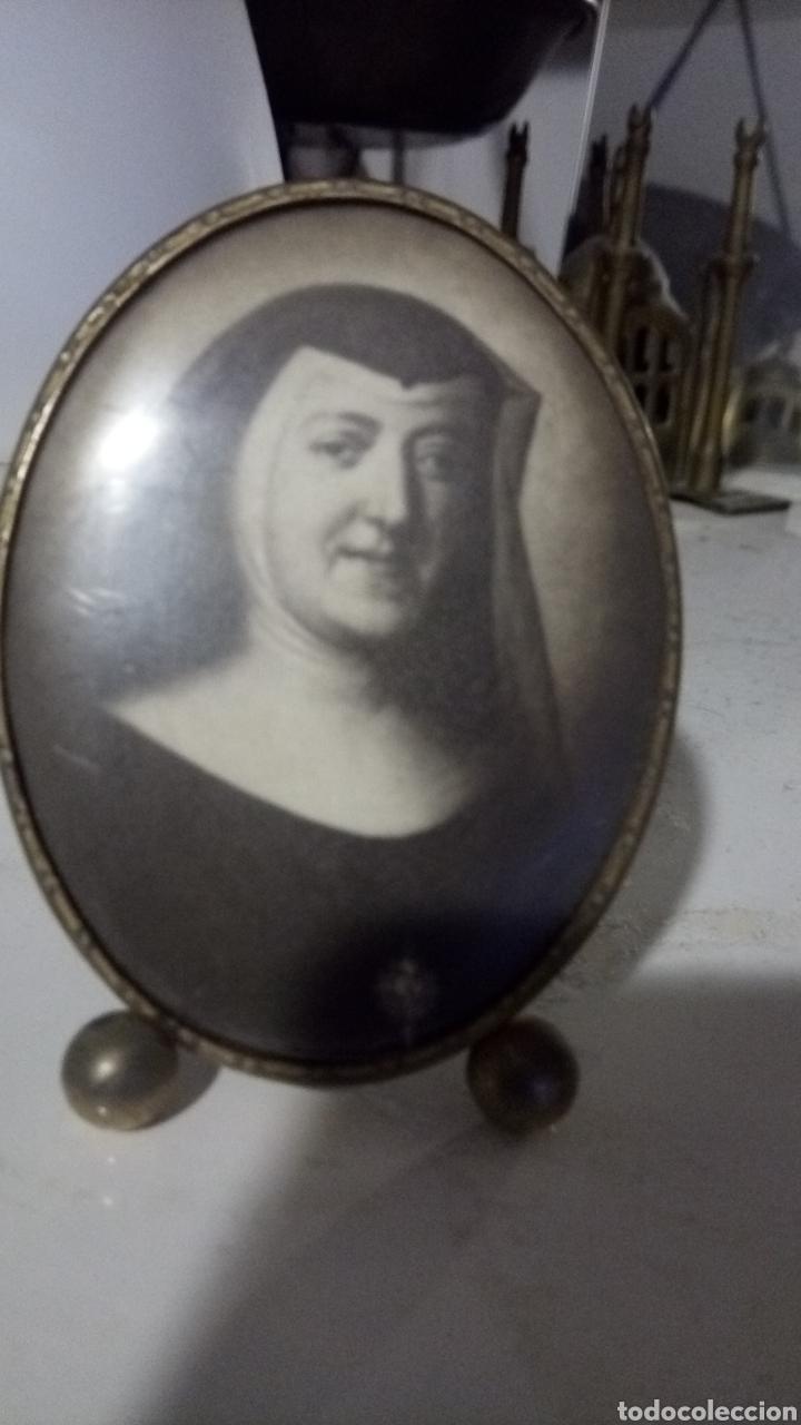 Antigüedades: Portafotos antiguo con foto antigua de monja original. 8cm - Foto 3 - 183585903