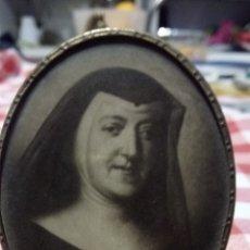 Antigüedades: PORTAFOTOS ANTIGUO CON FOTO MONJA. 8CM. Lote 183585903