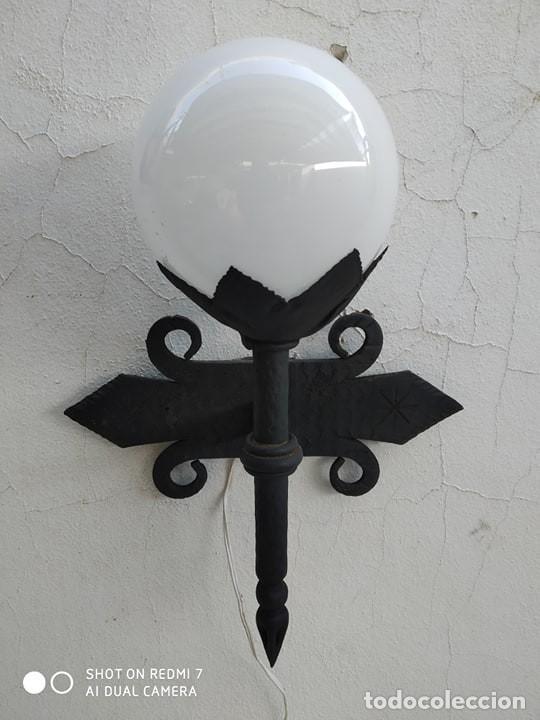 APLIQUE HIERRO ANTORCHA PARED LAMPARA CON BOLA OPALINA, CASA RUSTICA, RURAL, TIPO MEDIEVAL (Antigüedades - Iluminación - Apliques Antiguos)