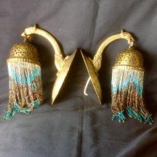 Antigüedades: PAREJA DE MUY ANTIGUOS APLIQUES METALICOS Y DECORACION DE VIDRIO. Lote 183595353