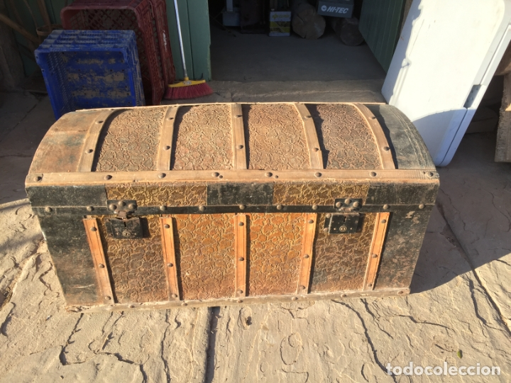 Antigüedades: Antiguo baúl de madera y lata con cerraduras y asas de los años 10-20 - Foto 2 - 183609031
