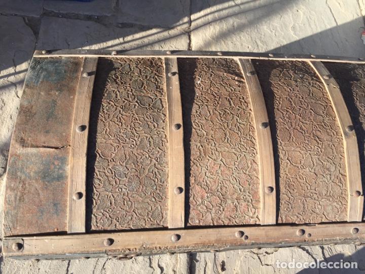 Antigüedades: Antiguo baúl de madera y lata con cerraduras y asas de los años 10-20 - Foto 3 - 183609031