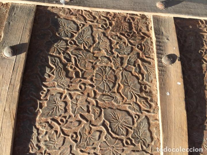 Antigüedades: Antiguo baúl de madera y lata con cerraduras y asas de los años 10-20 - Foto 6 - 183609031