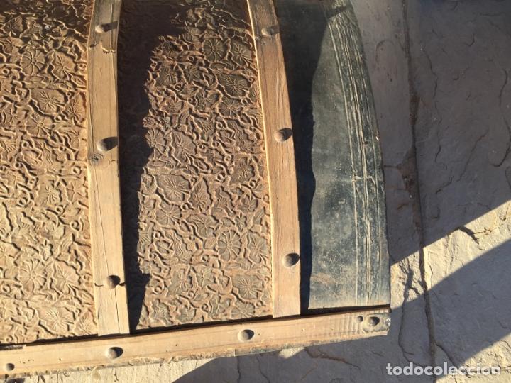 Antigüedades: Antiguo baúl de madera y lata con cerraduras y asas de los años 10-20 - Foto 7 - 183609031