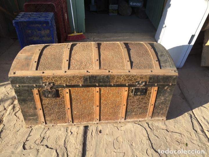 Antigüedades: Antiguo baúl de madera y lata con cerraduras y asas de los años 10-20 - Foto 8 - 183609031