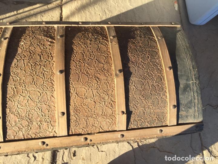 Antigüedades: Antiguo baúl de madera y lata con cerraduras y asas de los años 10-20 - Foto 9 - 183609031