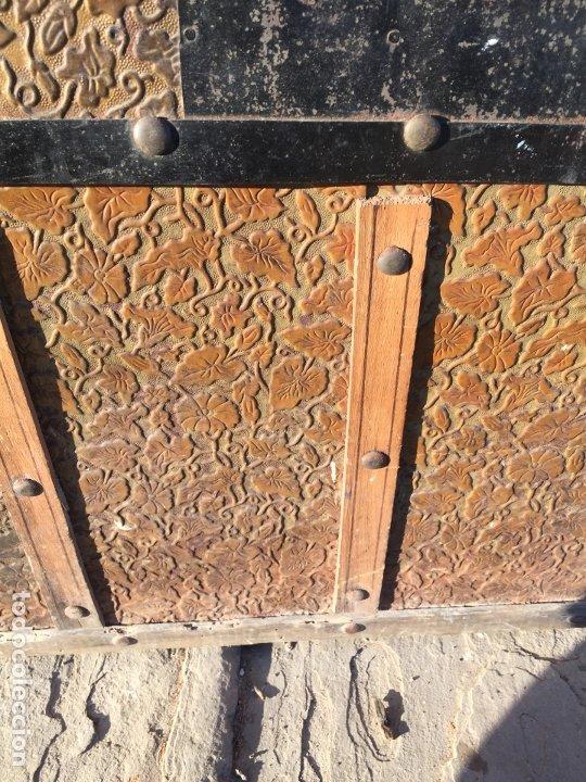 Antigüedades: Antiguo baúl de madera y lata con cerraduras y asas de los años 10-20 - Foto 10 - 183609031