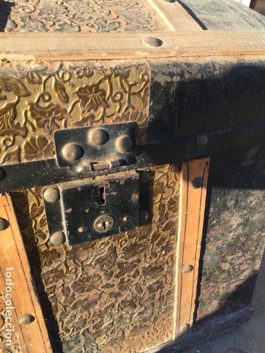 Antigüedades: Antiguo baúl de madera y lata con cerraduras y asas de los años 10-20 - Foto 12 - 183609031