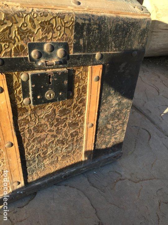 Antigüedades: Antiguo baúl de madera y lata con cerraduras y asas de los años 10-20 - Foto 13 - 183609031