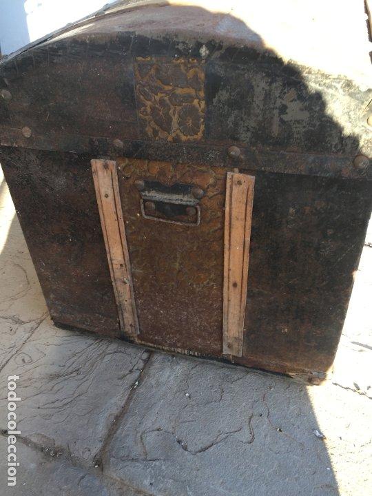Antigüedades: Antiguo baúl de madera y lata con cerraduras y asas de los años 10-20 - Foto 14 - 183609031