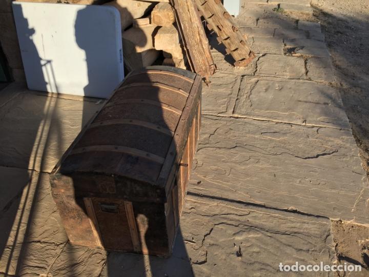 Antigüedades: Antiguo baúl de madera y lata con cerraduras y asas de los años 10-20 - Foto 15 - 183609031