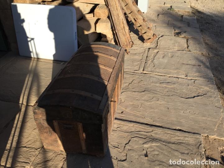 Antigüedades: Antiguo baúl de madera y lata con cerraduras y asas de los años 10-20 - Foto 16 - 183609031
