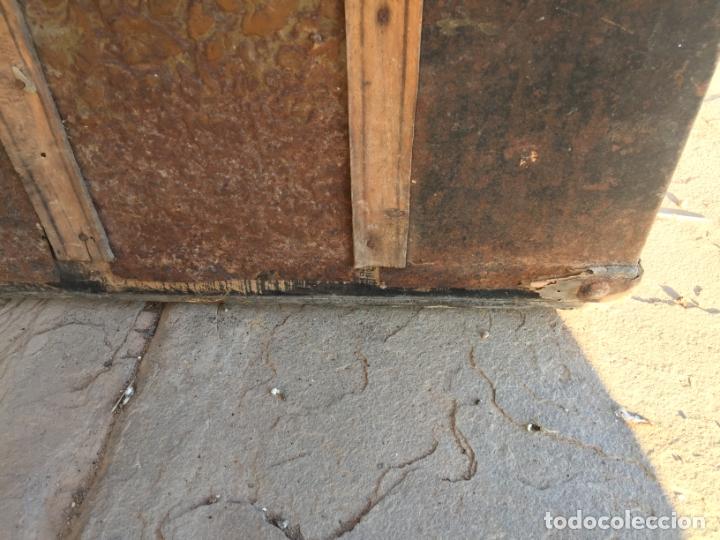 Antigüedades: Antiguo baúl de madera y lata con cerraduras y asas de los años 10-20 - Foto 17 - 183609031