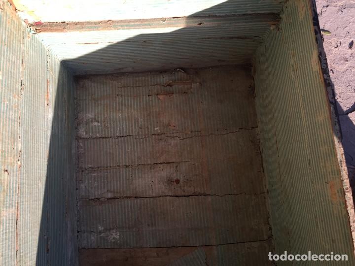 Antigüedades: Antiguo baúl de madera y lata con cerraduras y asas de los años 10-20 - Foto 23 - 183609031