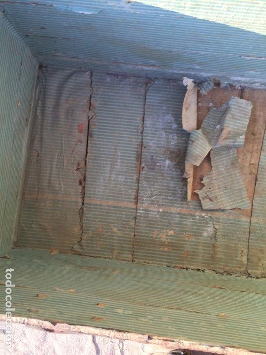 Antigüedades: Antiguo baúl de madera y lata con cerraduras y asas de los años 10-20 - Foto 25 - 183609031