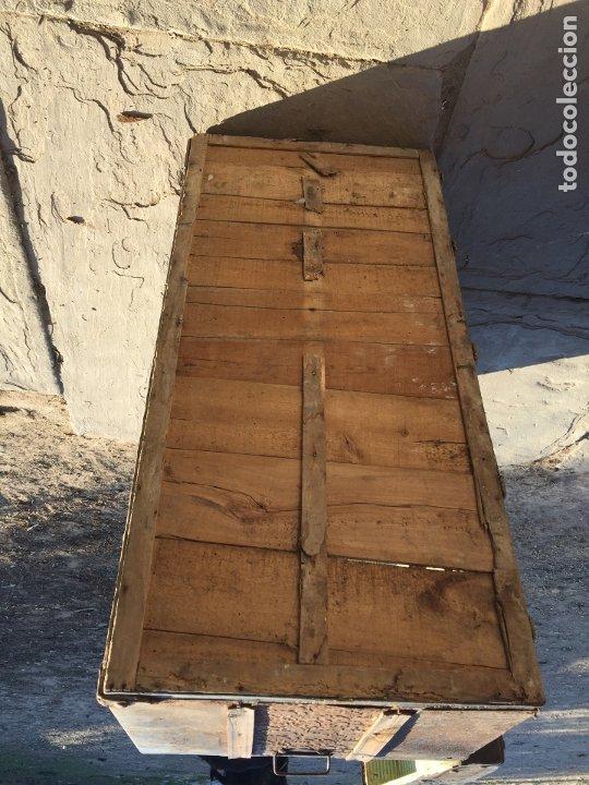 Antigüedades: Antiguo baúl de madera y lata con cerraduras y asas de los años 10-20 - Foto 27 - 183609031