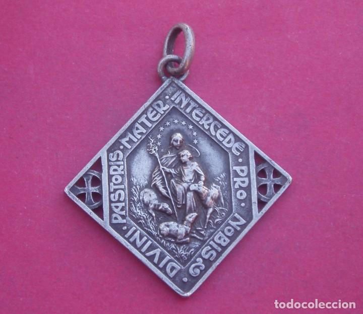 GRAN MEDALLA ANTIGUA EN PLATA VIRGEN DIVINA PASTORA Y SAN FRANCISCO DE ASÍS. (Antigüedades - Religiosas - Medallas Antiguas)