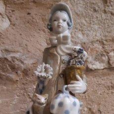 Antigüedades: FIGURA DE PORCELANA ANTIGUA VIDRIADA MUJER CON MACETAS DE 23 CMS. DE ALTURA. Lote 183618185