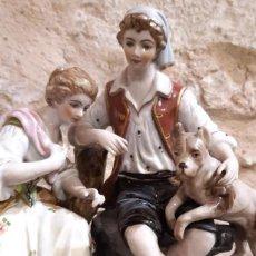 Antigüedades: FIGURA DE PORCELANA ANTIGUA ESCENA ROMANTICA PAREJA DE 20 CMS. DE ALTURA Y 22 CMS. DE BASE X 17. Lote 183618376