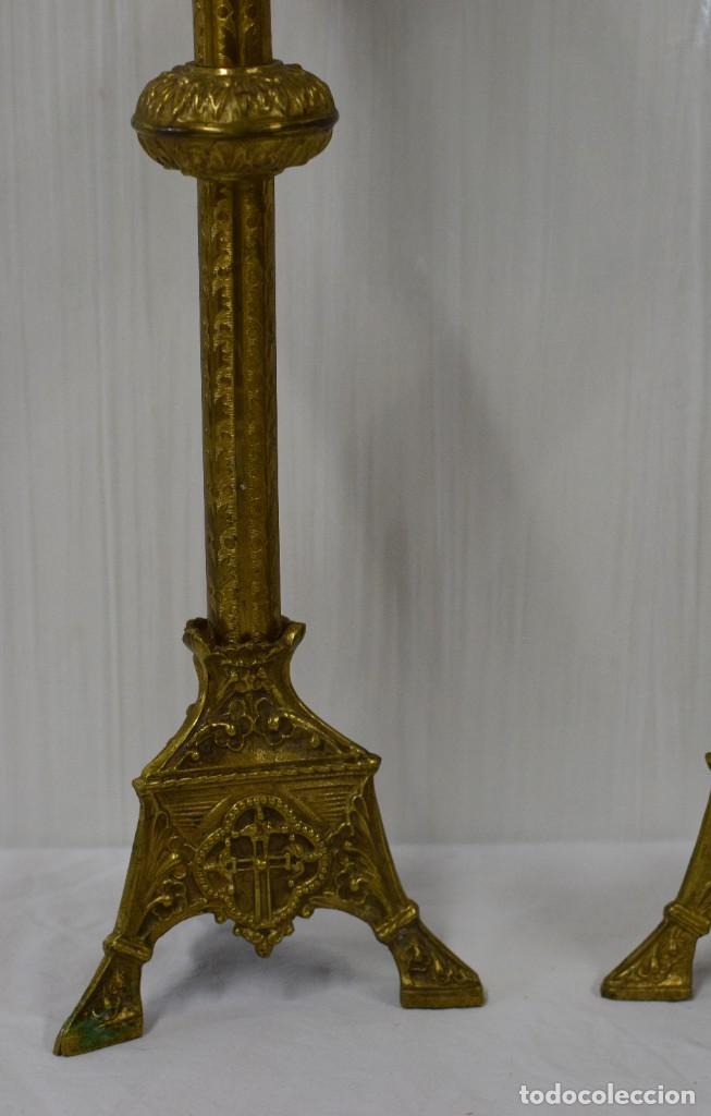 Antigüedades: Antigua pareja de candelabros de bronce de iglesia. Labrados a mano. 43 cm de alto. XIX. - Foto 2 - 182570902