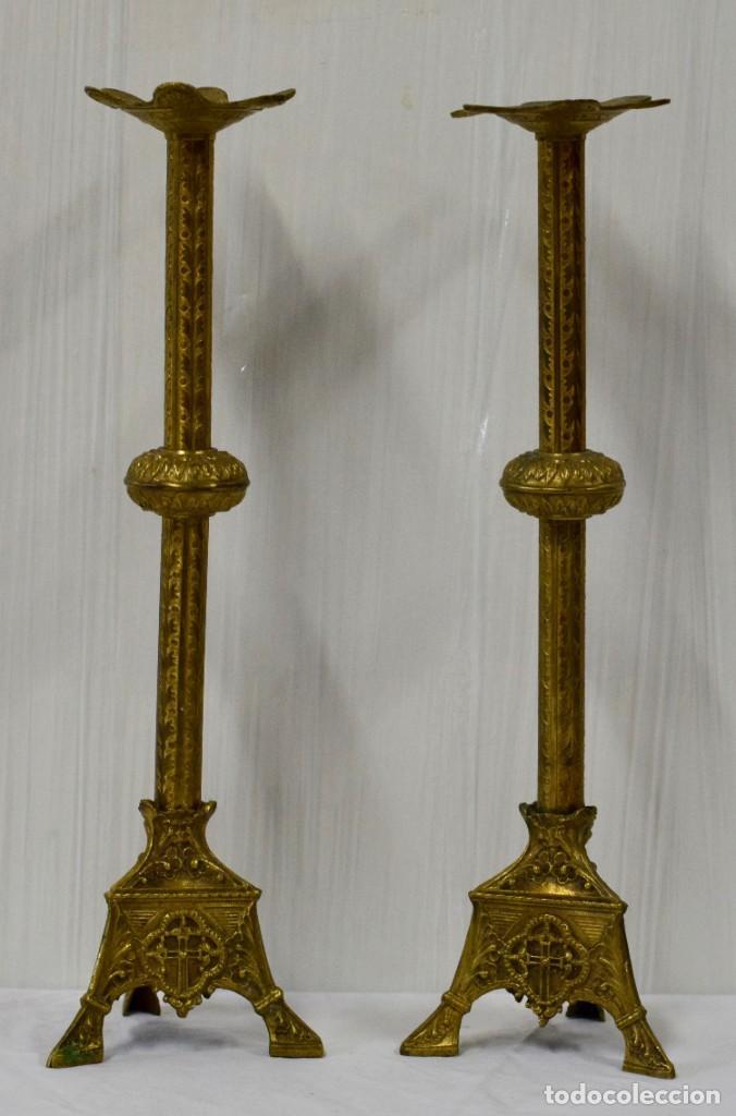 ANTIGUA PAREJA DE CANDELABROS DE BRONCE DE IGLESIA. LABRADOS A MANO. 43 CM DE ALTO. XIX. (Antigüedades - Iluminación - Candelabros Antiguos)