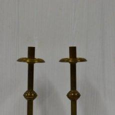 Antigüedades: ANTIGUA PAREJA DE CANDELABROS ISABELINOS DE BRONCE. XIX. 32 CM ALTO.. Lote 182571451